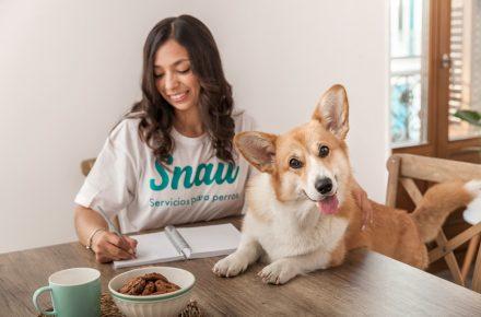 perro y chica de snau
