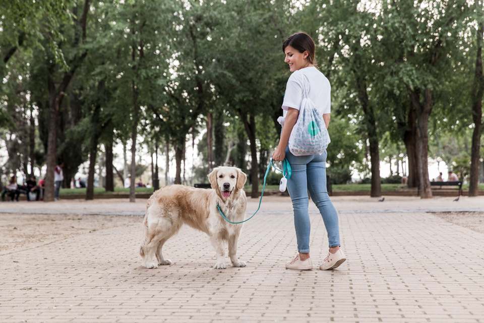 chica paseando a un perro
