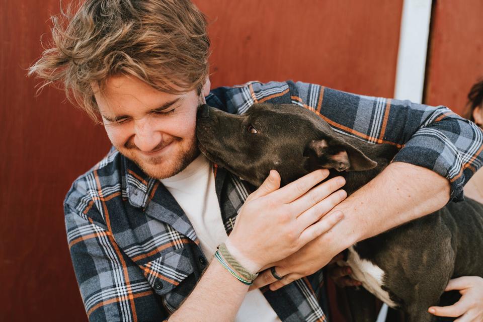 hombre con un perro