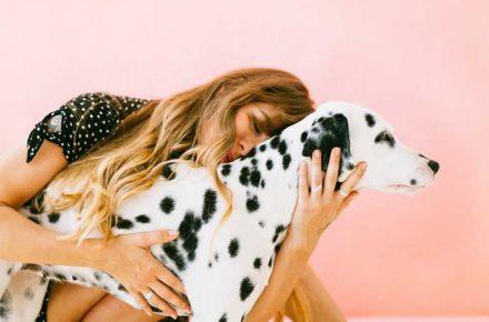 una mujer con su perro dálmata